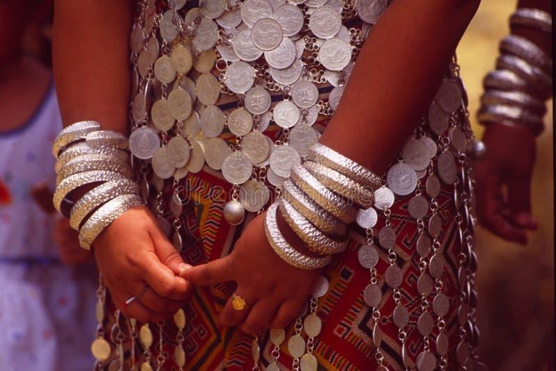 Malaysia/Borneo: Torkduk för tradition för Iban huvudjägarekvinna en bärande i Sarawak arkivfoton