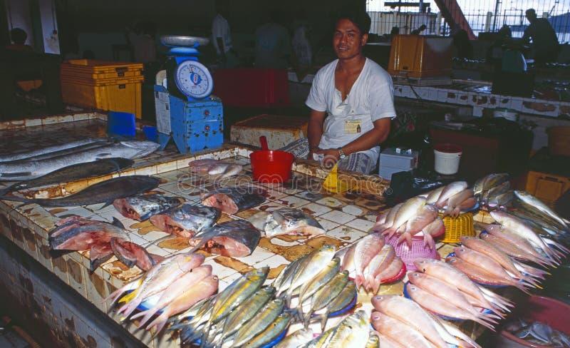 Malaysia: En fiskställning i marknaden av Kota Kinabalu i Sabah arkivfoto