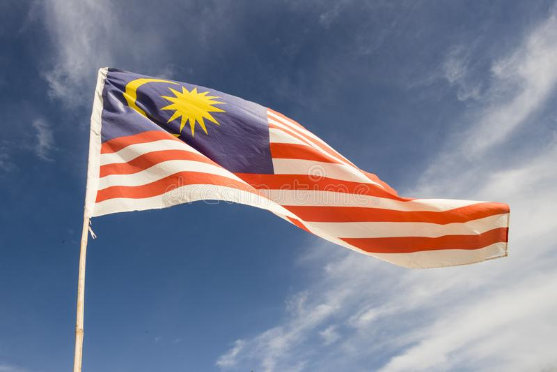 Malaysia-Flagge alias Welle Jalur Gemilang mit dem blauen Himmel lizenzfreie stockfotos