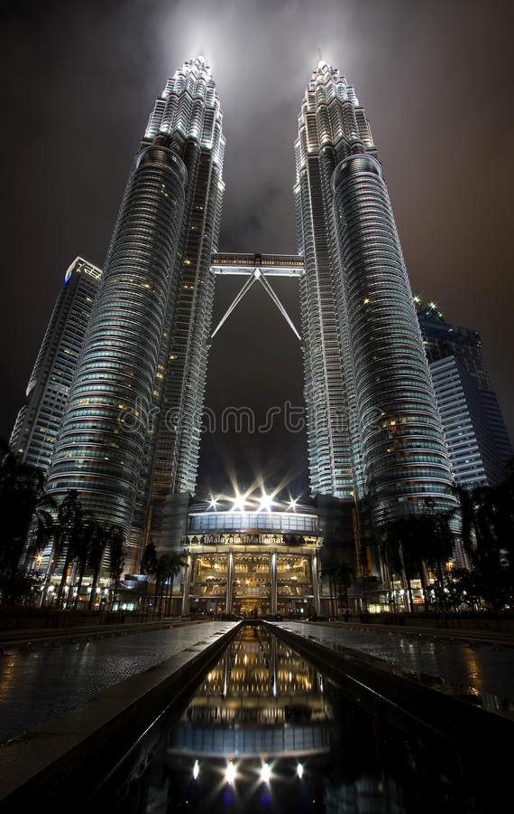 malaysia night petonas towers twin view royaltyfria bilder