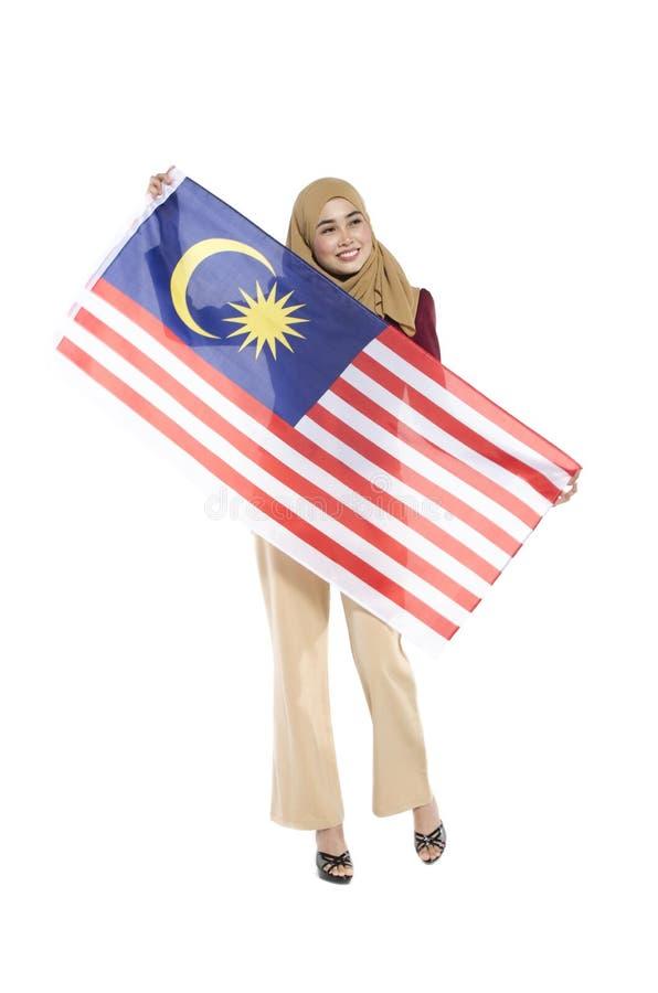 malaysischer Zivilist mit dem glücklichen Gesicht, das Flagge hält lizenzfreie stockbilder