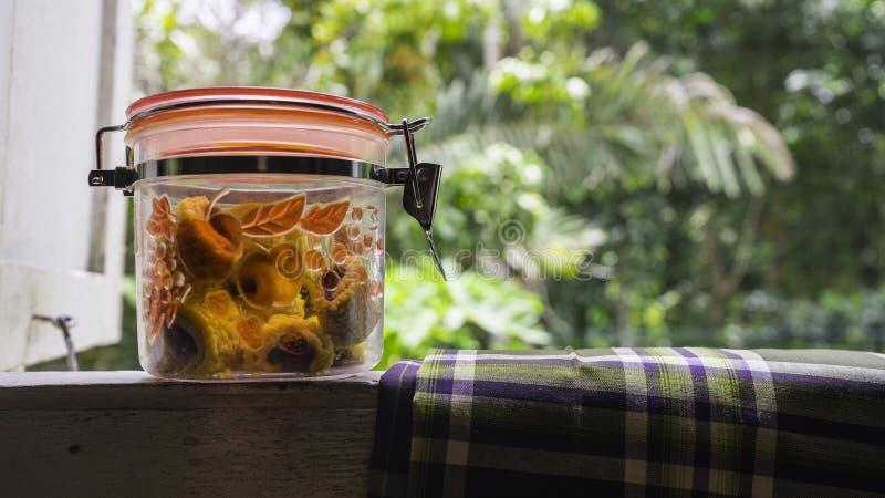 Malaysisk Raya festlighetkaka, ananas som är syrlig i krus royaltyfria foton