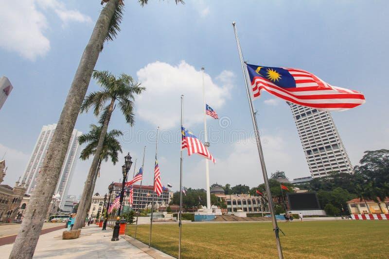 Malaysiska flaggor på den halva masten efter händelsen MH17 arkivfoton