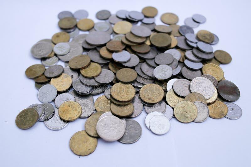 Malaysiska mynt ?ver vit bakgrund royaltyfri foto
