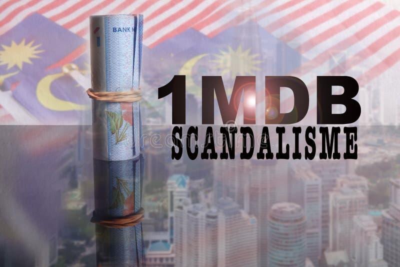 1 malaysiska Ringgit sedlar med incriptionen 1MDB över en suddighetsbakgrund av Malaysia flaggor och cityscape royaltyfri foto