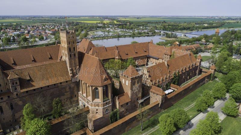 Malbork ein starkes Teutonic Schloss ?ber dem Nogat von einer Vogelschau lizenzfreie stockfotos
