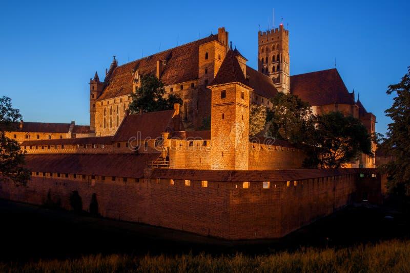 Malbork-Schloss bis zum Nacht stockfotografie