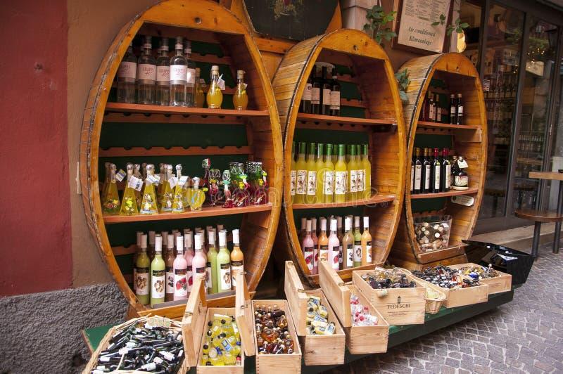 MalcesineWinewinkel op Meer Garda stock afbeeldingen