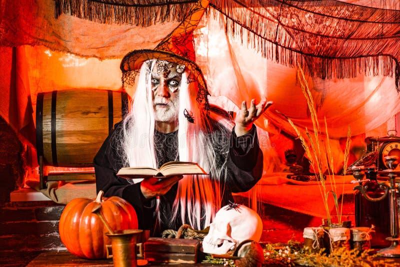 Maldita pele para o Halloween Retrato do Diabo com sangrento Halloween compensa mostrar suas emoções Halloween 31 de outubro imagens de stock