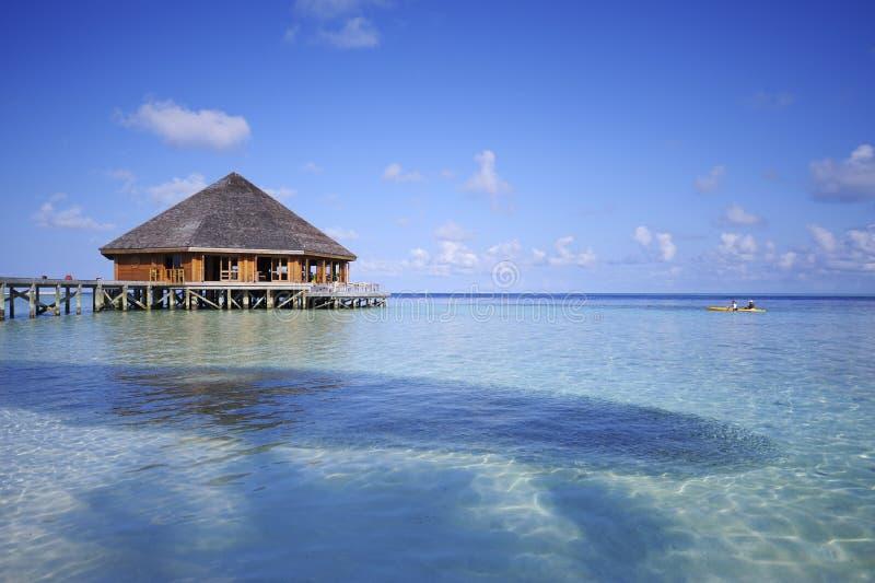 Maldivas, casa de campo da água imagem de stock royalty free