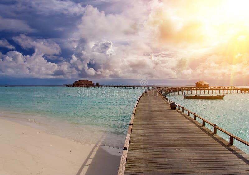 Maldiverna Turkoshavet i solsken och träbron över vatten royaltyfri bild
