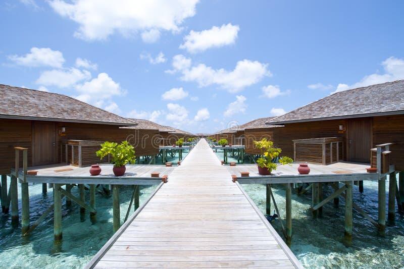 Maldiverna vattenvilla, solnedgång royaltyfria bilder