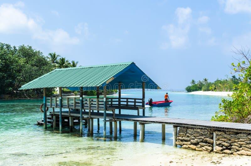 MALDIVES †'Listopad 19, 2017: Tropikalny plażowy natura krajobraz, Kaafu atol, Kuda Huraa wyspa obraz stock