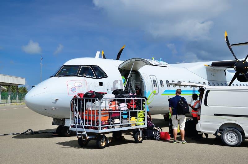 MALDIVES, LISTOPAD - 25, 2013 Samolot aircompany w lotnisku Maamigili na wyspie Alifu Dhaalu Flyme obraz stock