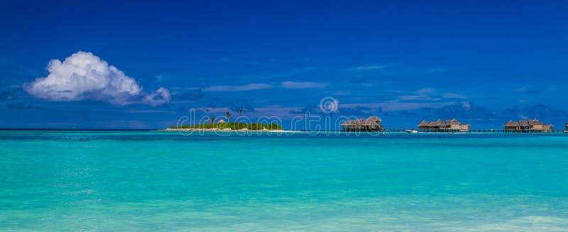 Maldives wody bungalowów panorama pod niebieskim niebem zdjęcie royalty free