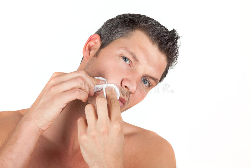male manlig hud för omsorgscleaningframsida royaltyfri foto