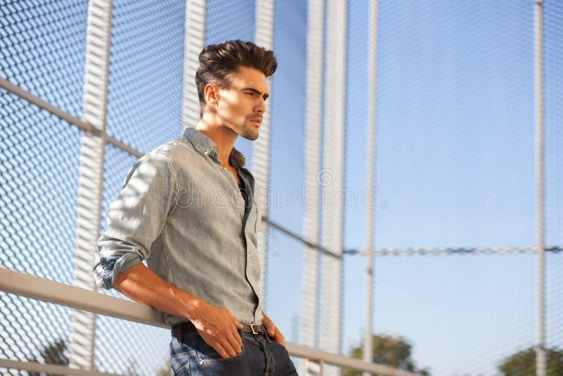 Male model klätt tillfälligt se kallt royaltyfri foto