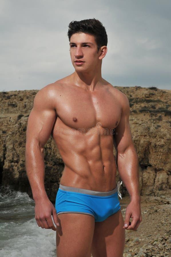 Male modell på stranden fotografering för bildbyråer