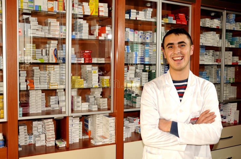 male pharmacistapotekstående royaltyfri foto