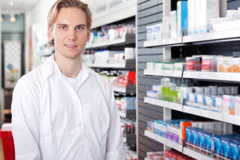 male pharmaciststående arkivbild