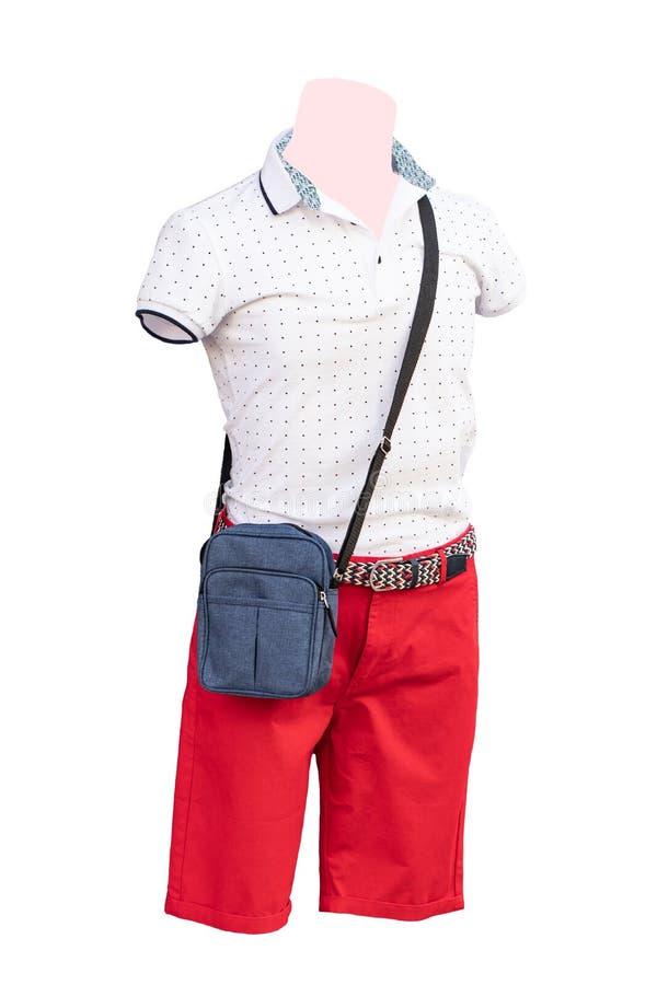 male skyltdockor Closeup av den iklädda vita bomullsskjortan för manlig skyltdocka och röda korta flåsanden och en blå påse som i arkivbild