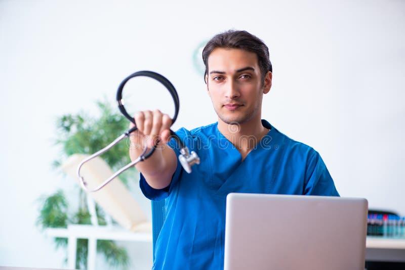 male stetoskopbarn f?r doktor royaltyfria foton