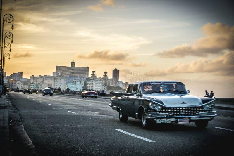 Malecon-Ansicht mit La Havana am Hintergrund, an der Weinlese oder am Retrostil lizenzfreies stockfoto