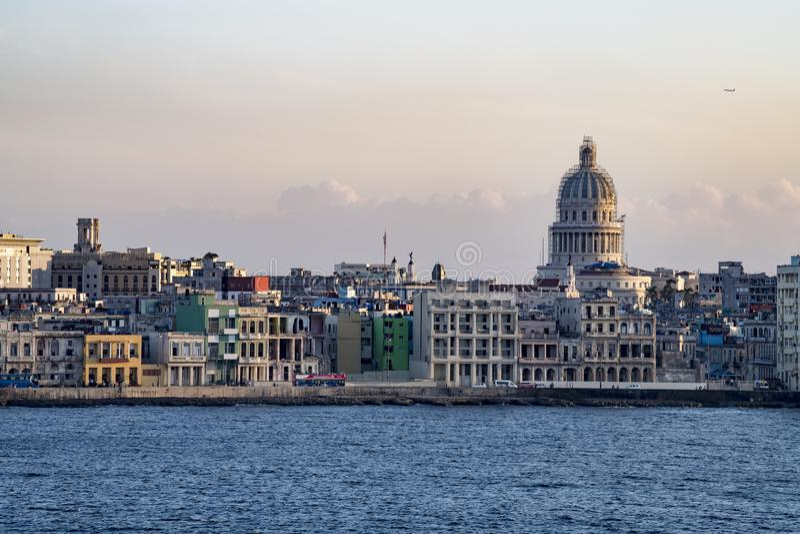 Malecon Avana con le costruzioni coloniali e Capitolio, Cuba, visto dalla spiaggia immagine stock