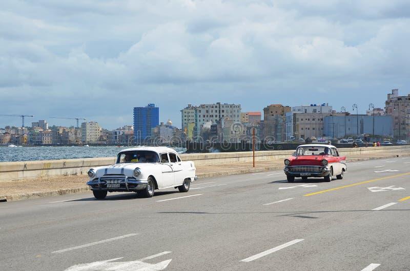Malecon in Havana mit amerikanischen Autos, Kuba stockfotos