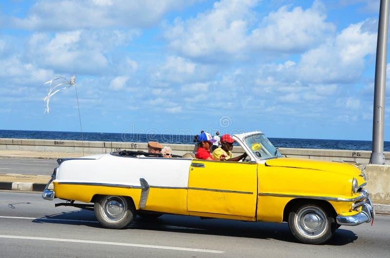 Malecon i havannacigarr med den typiska amerikanska bilen, Kuba royaltyfri bild