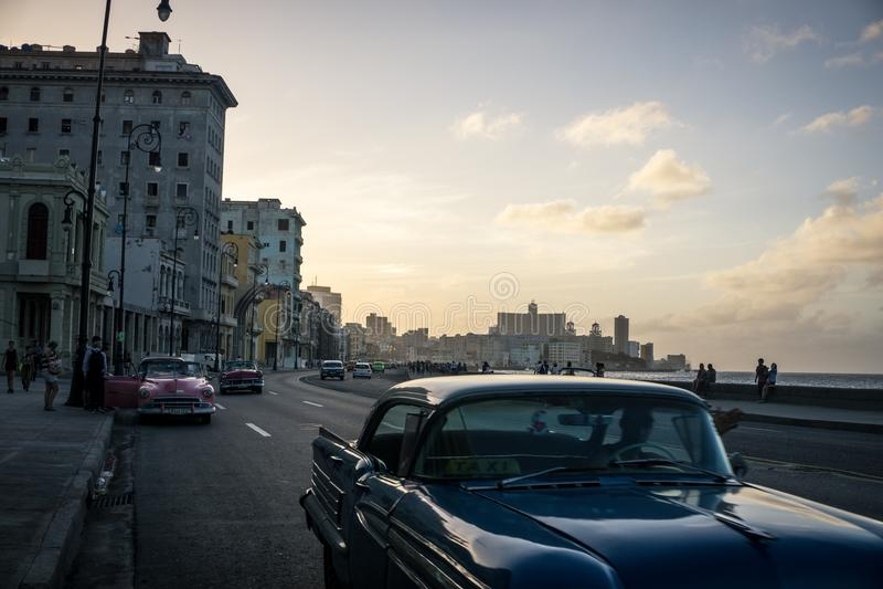 Malecon typisk sikt i solnedgång med Lahavannacigarrbyggnader på bakgrund, Kuba royaltyfri bild