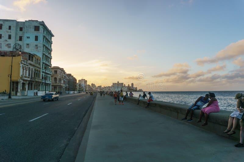 Malecon typisk sikt i solnedgång med Lahavannacigarrbyggnader på bakgrund, Kuba fotografering för bildbyråer