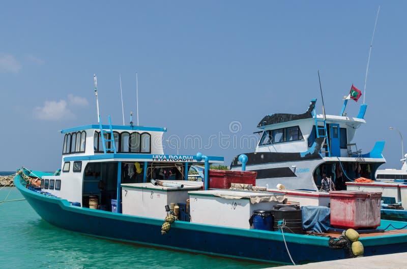 """MALEDIVEN-†""""im November 2017: Helle Fischerboote im Dock, tropische Gulhi-Insel im Indischen Ozean, Malediven stockfotos"""