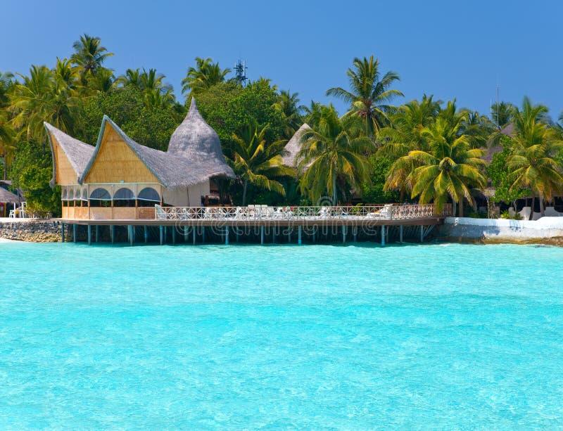 Malediven. Ein sandiger Strand und Häuser lizenzfreies stockfoto