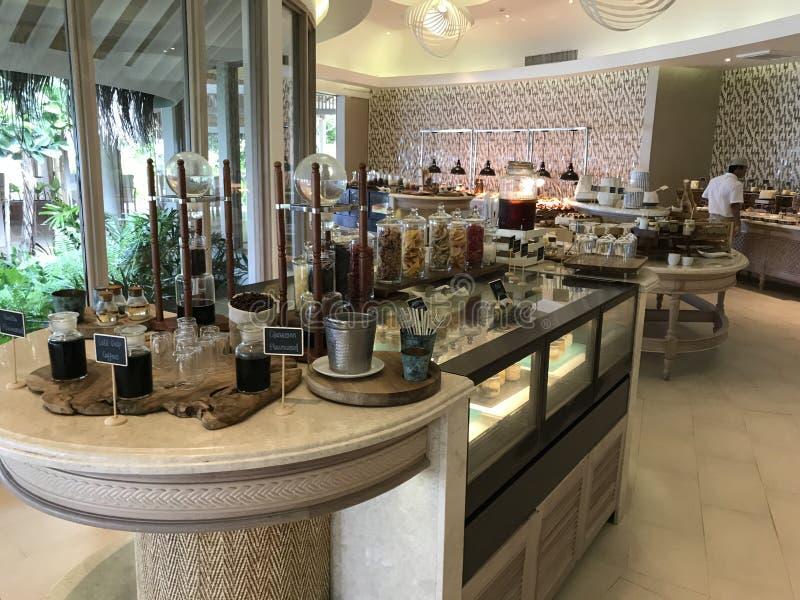 Malediven - Luxusfrühstück mit Fischen, Eiern, Kaffee, Käsen, Brot und Fleisch stockfotos