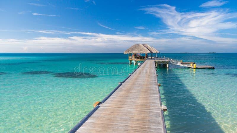 Malediven-Meer mit Anlegestellen- und Wasserlandhäusern Tropischer Meerblick lizenzfreies stockbild