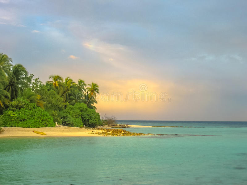 Malediven-Sonnenuntergangstrand stockfotografie