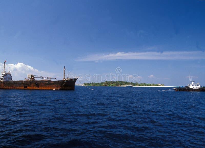 Maledives: Wreckship sendete zur Unterseite f?r bessere Umwelt lizenzfreie stockfotos