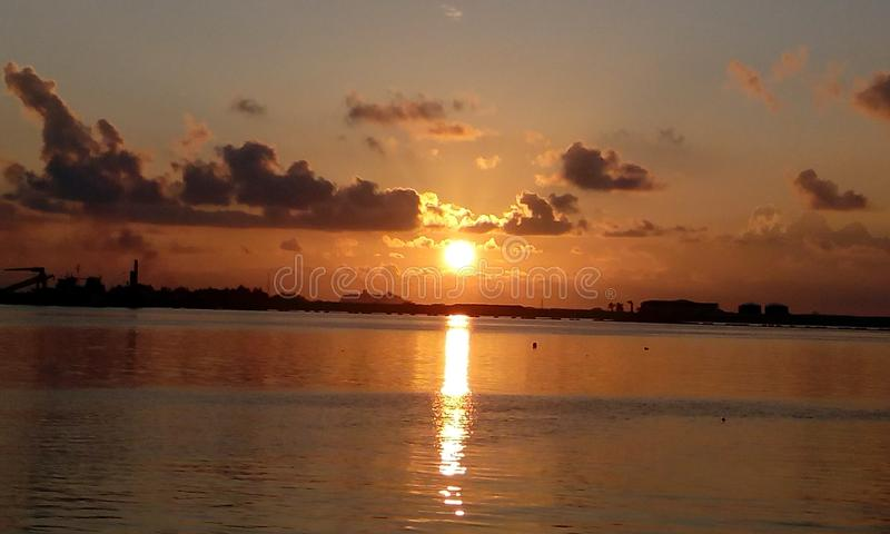 Maledivischer Sonnenuntergang stockfotografie