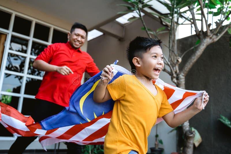 Maleis jong geitje met vlag het lopen royalty-vrije stock foto's