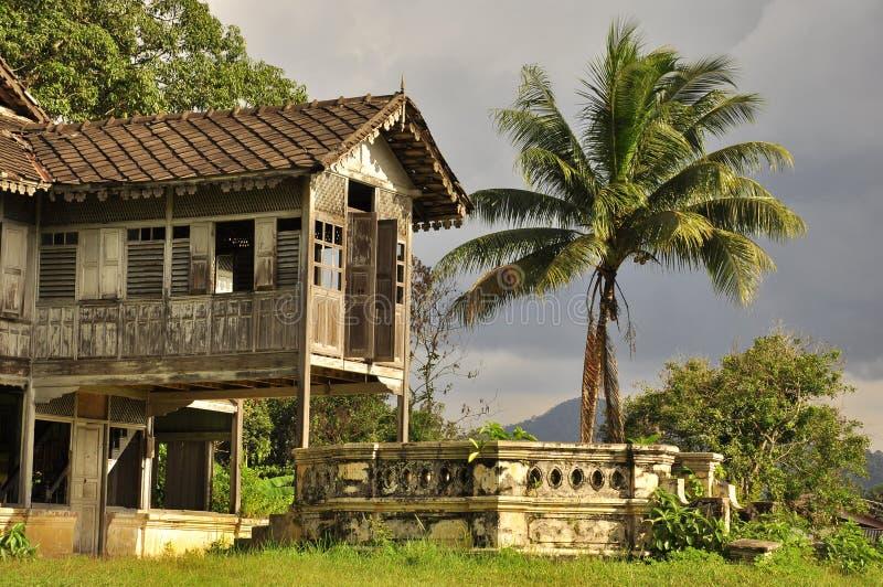 Maleis oud huis, exotisch landschap royalty-vrije stock foto's