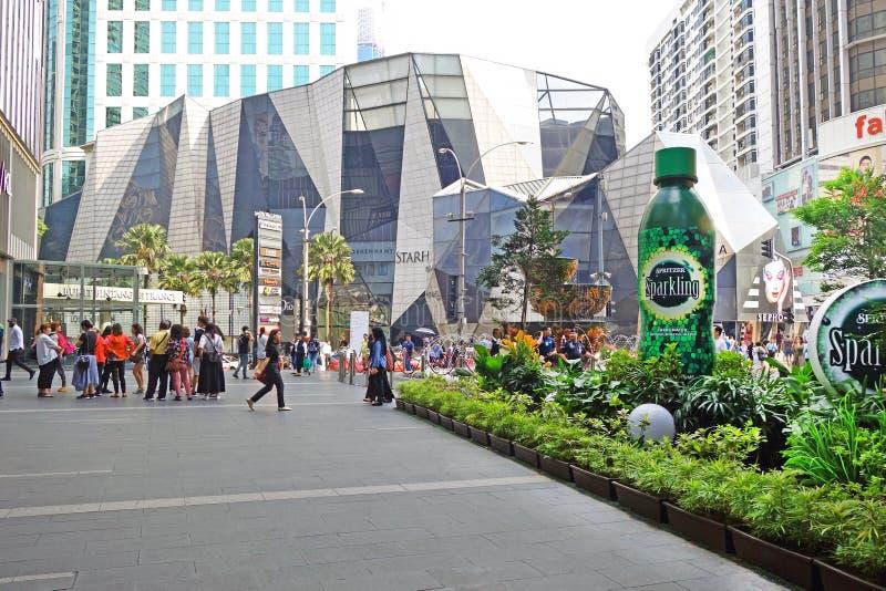 Maleisië, Kuala Lumpur - Oktober 16, 2018: De fontein van het paviljoenkristal bij de ingang van Bukit Bintang van Paviljoenwinke stock fotografie