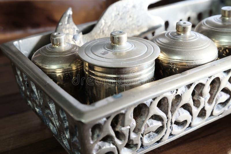 Maleisische erfenis brassware, huwelijk materiaal geroepen Tepak Sireh over houten achtergrond royalty-vrije stock fotografie