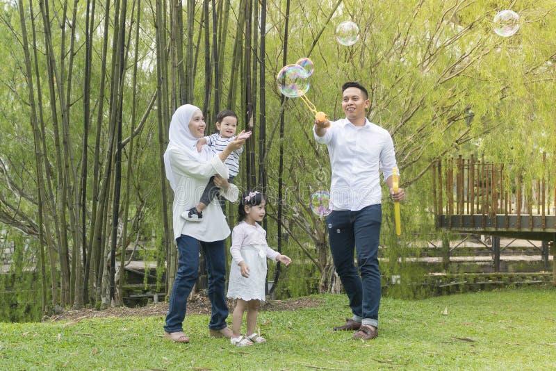 Maleisische familie bij recreatief park die pret hebben stock afbeelding