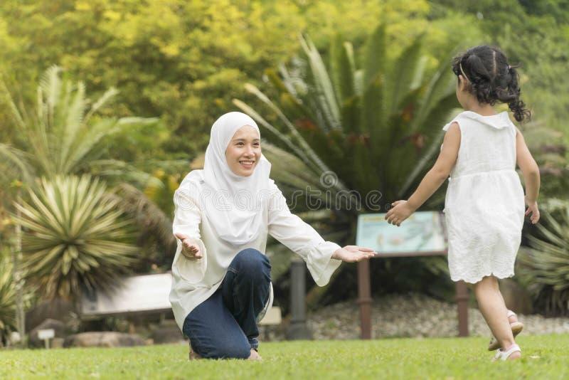 Maleisische familie bij recreatief park die pret hebben stock foto