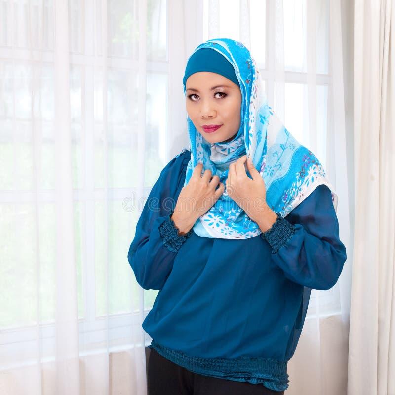 Maleisische vrouw in moderne kleding en sjaal stock afbeelding