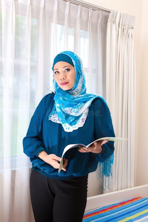 Maleisische vrouw in moderne kleding en sjaal royalty-vrije stock foto