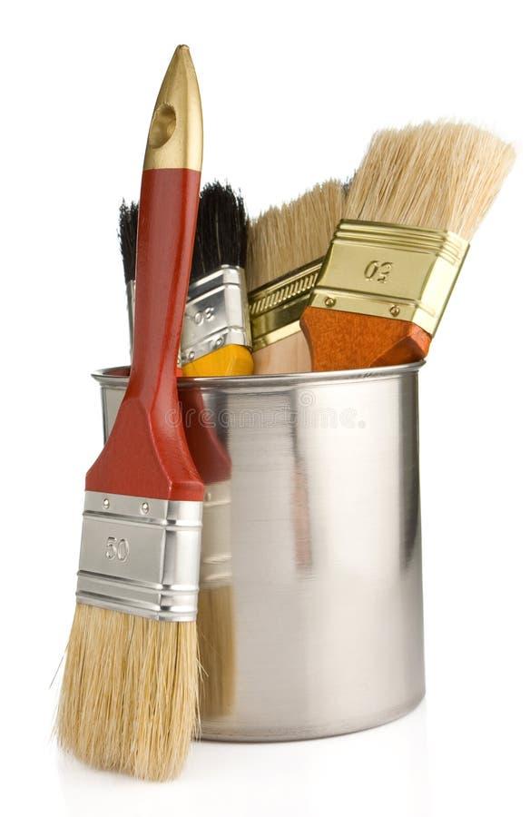 Malen Sie die Wannen und Malerpinsel getrennt auf Weiß lizenzfreies stockfoto