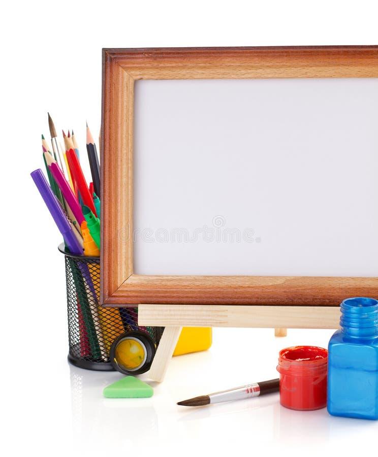 Malen Sie Versorgungen Und Rahmen Auf Weiß Stockbild - Bild von korb ...