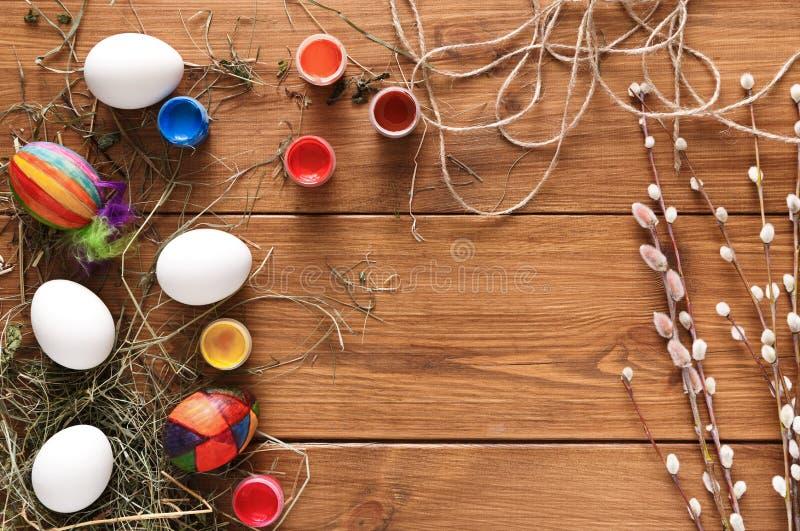 Malende bunte Ostereier Hintergrund, Draufsicht über Holz lizenzfreies stockbild